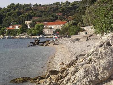 Strand mit kleiner runder Stein 50-60 Meter vom Appartement