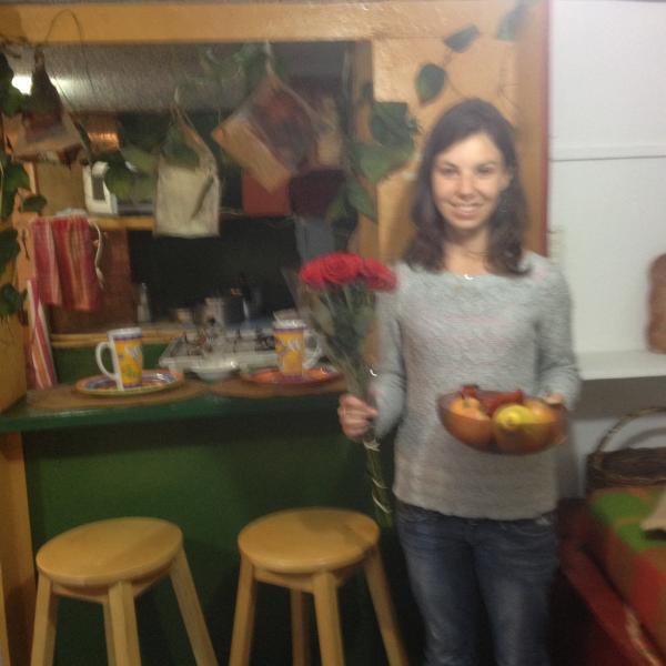 Huésped Francesa en la Bienvenida con flores y frutas Ecuatorianas