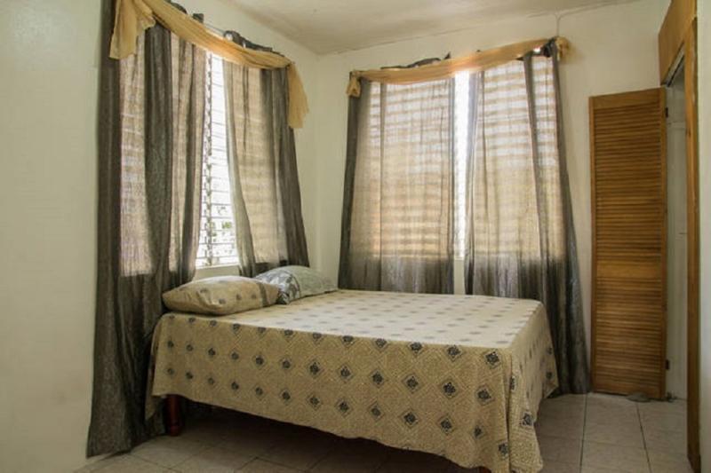 Encantadora habitación tranquila con cama matrimonial, ropa de cama cómoda y un amplio espacio en el armario. Gran WiFi en la habitación.