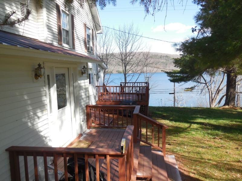 Deck exterior com vista para o lago