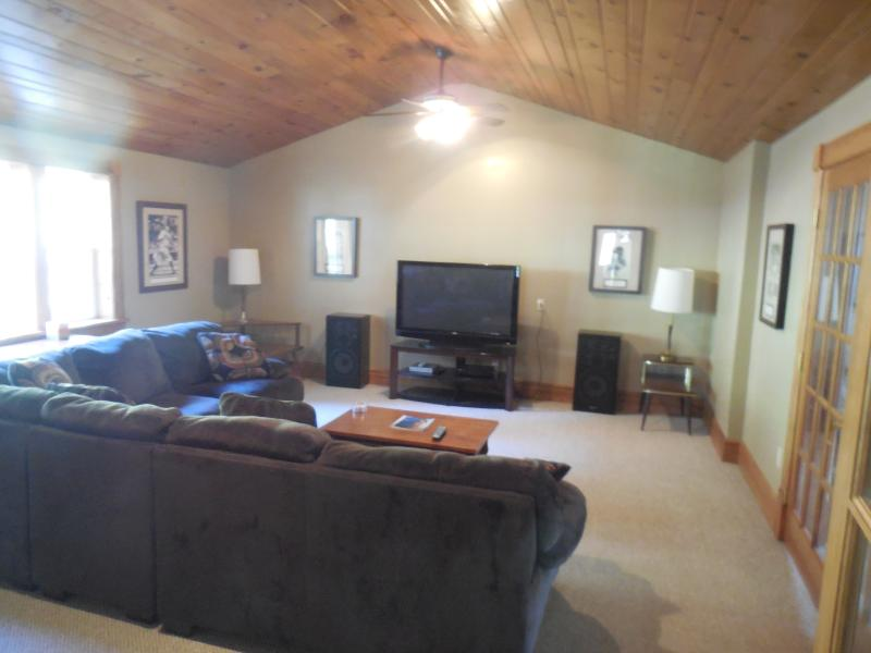 Grande sala com sofá secional