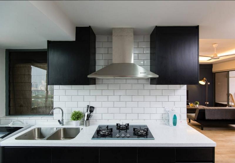 Moderne, voll ausgestattete Küche und Waschmaschine