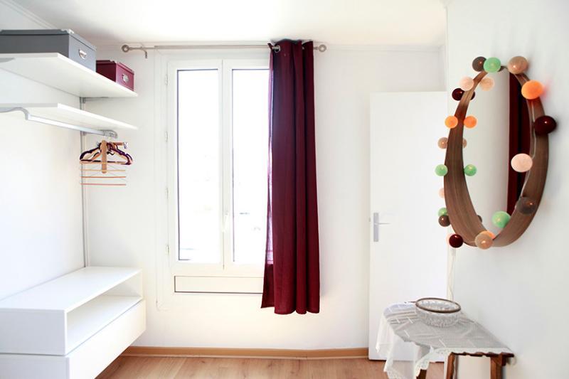 Chambre (devant le lit)