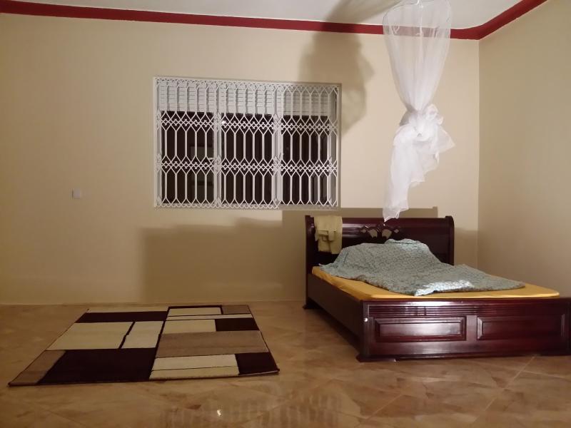 Master camera da letto che fornendo un ospite di posizione una confortevole dormire con Mosquitonetz sul tetto.