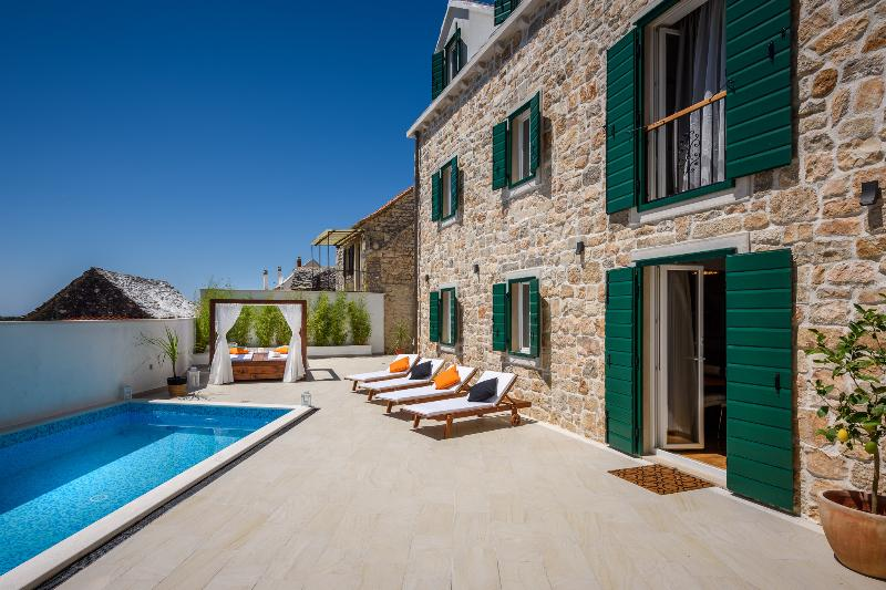 LUXURY VILLA INFINITY with HEATED POOL, vacation rental in Nerezisca