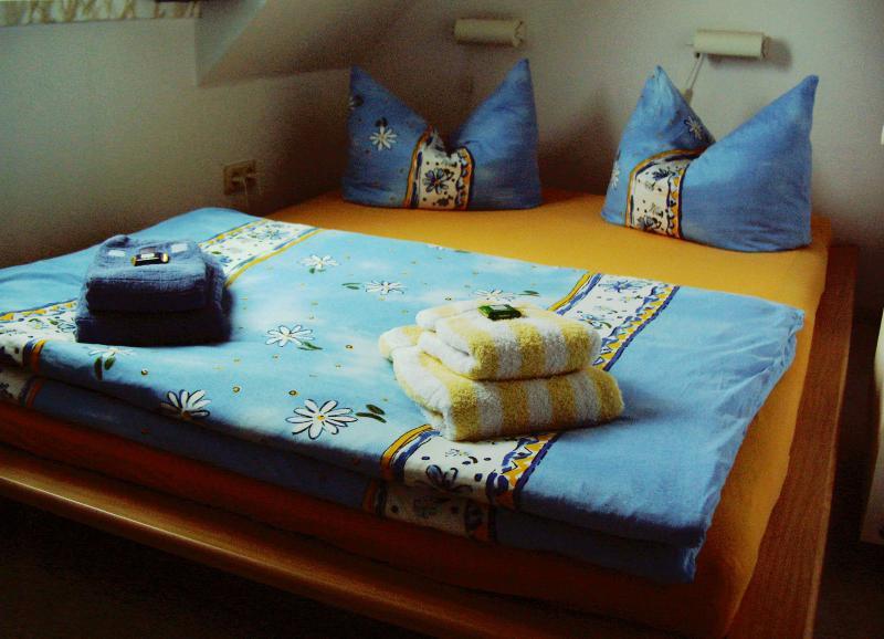 Doppelbett im kleinen Schlafzimmer