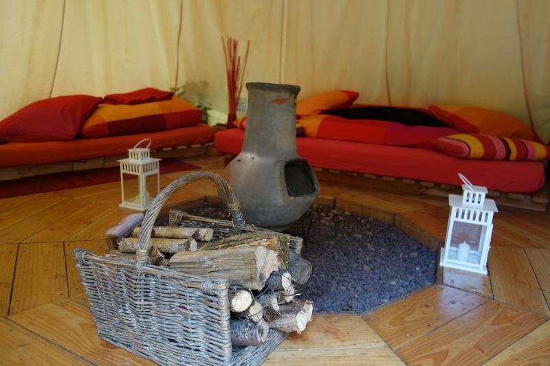 TIPI PARROTIA idéale pour petite famille, espace feu à l'extérieur pour les grillades
