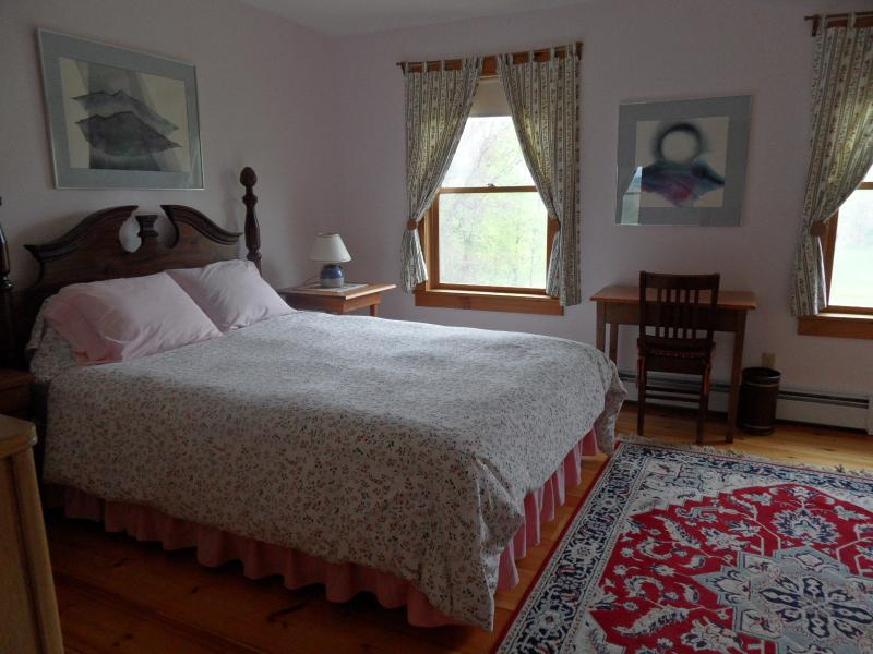 Queen room in peaceful country B&B, open May-Oct., aluguéis de temporada em Mount Holly
