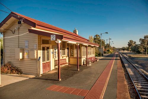 Ande 5 minutos para a estação ferroviária histórica.