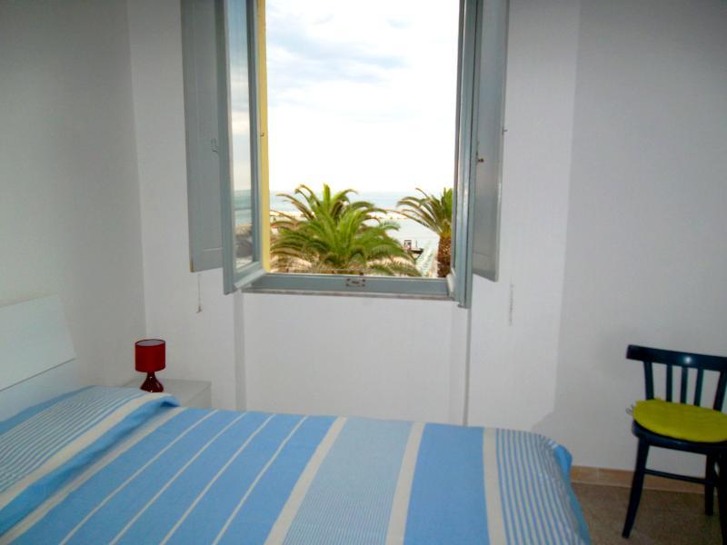 Camera matrimoniale con vista spiaggia