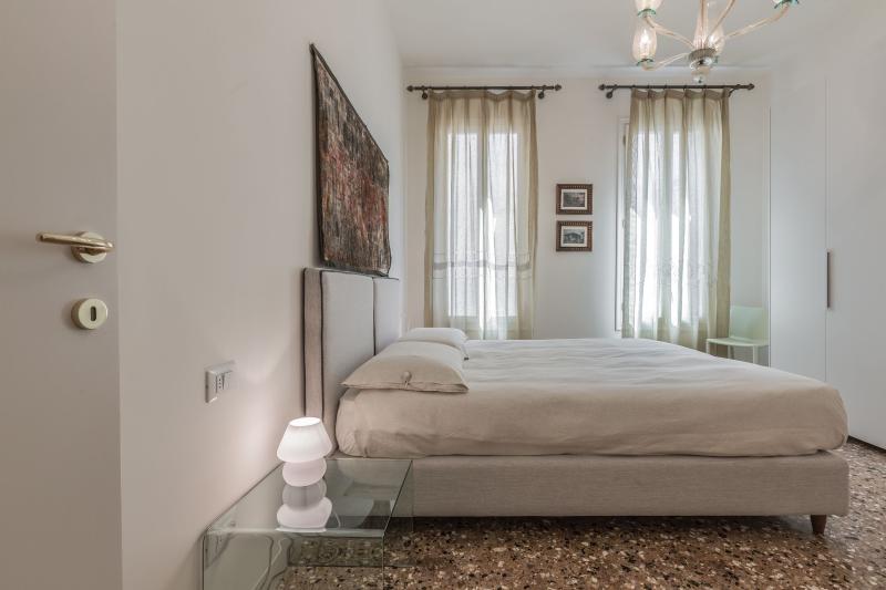 the large main bedroom has en-suite bathroom