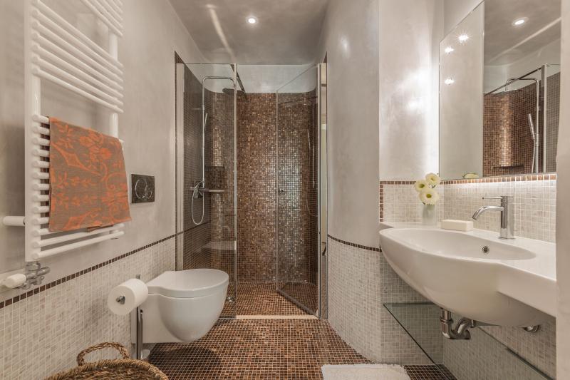 the en-suite bathroom of the main bedroom with precious mosaic tiles