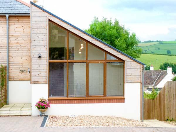BROAD ASH LODGE, enclosed garden, near traditional pub, good walking base in, holiday rental in Bradninch