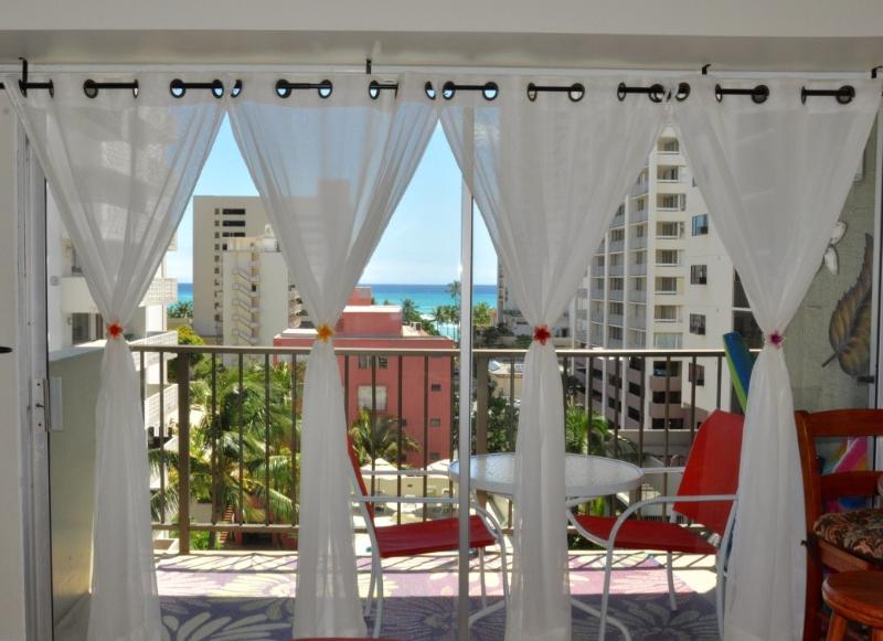 Jenny's Cottage Waikiki , beautiful ocean view form the living room