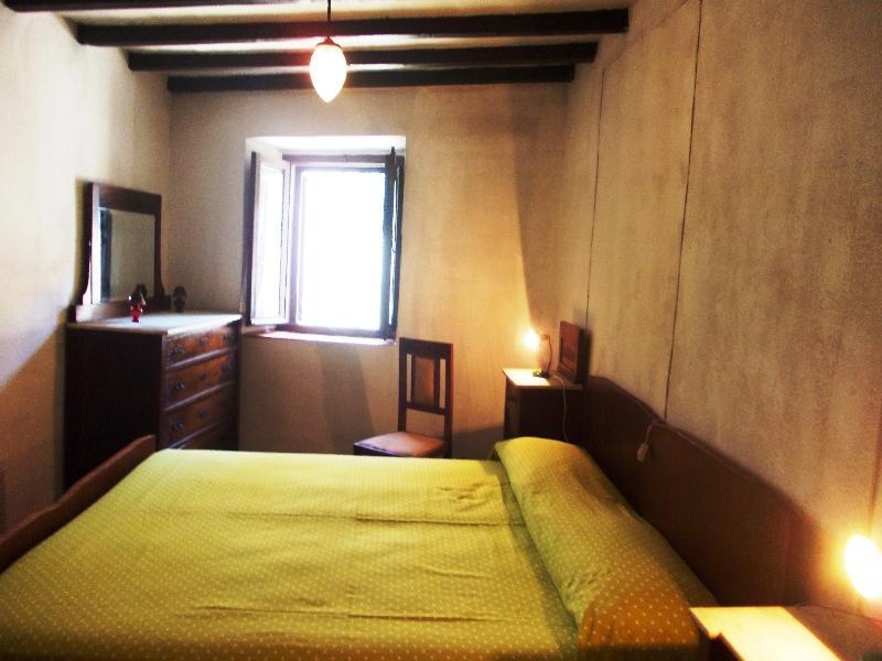 Camera matrimoniale 2 primo piano completa di armadio