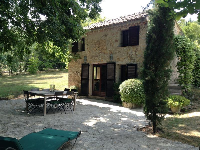 Cozy traditional Cottage, vacation rental in La Roquette-sur-Siagne