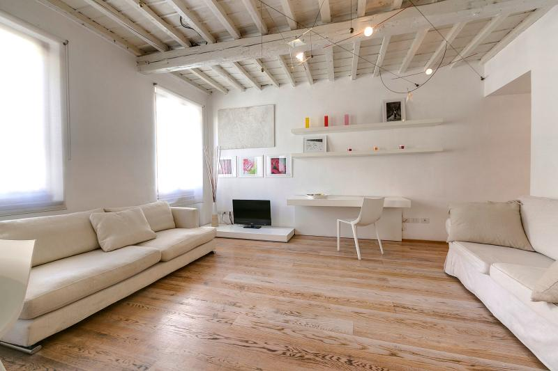 Charming Apartment in the Oltrarno Area of Florence, vacation rental in Florence