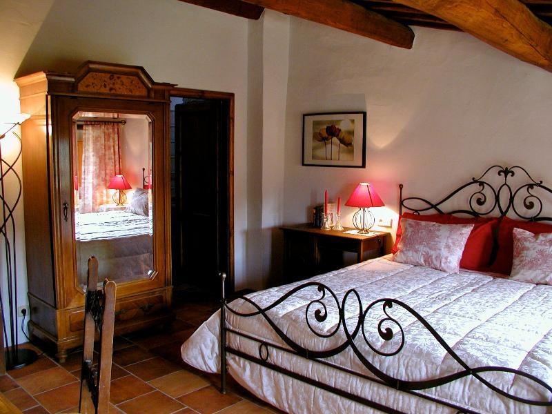 Schlafzimmer mit schmiedeeisernem Bett und Spiegelschrank - Bedroom with wrought iron bed and Mirror