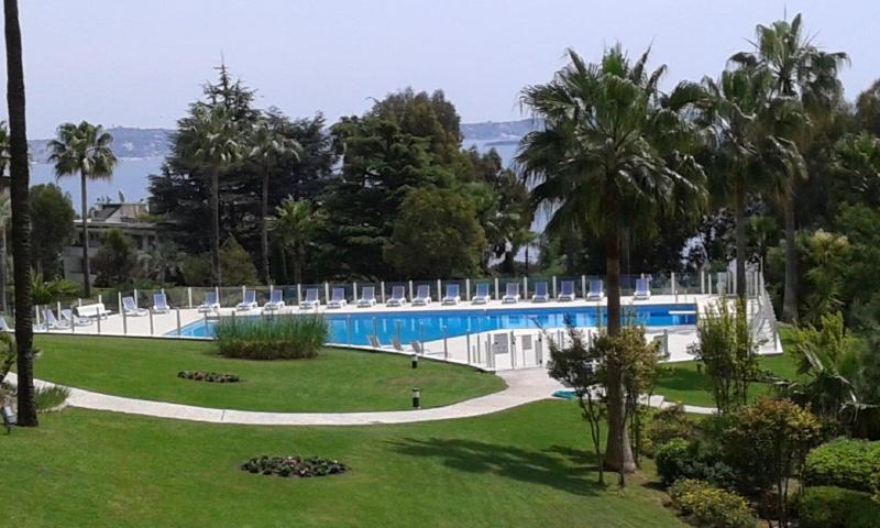 notre parc privé et piscine