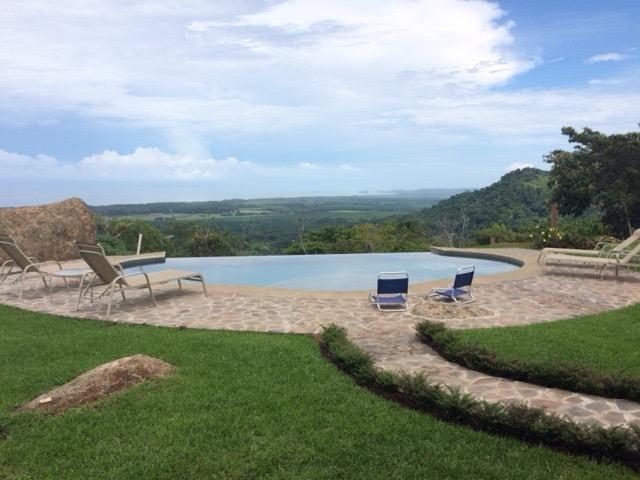 piscina de borde infinito con vistas al mar