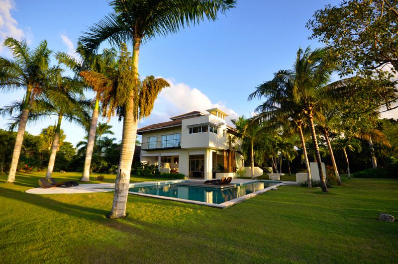 The villa has an impressive lot size and is ideal for relaxing and hosting.