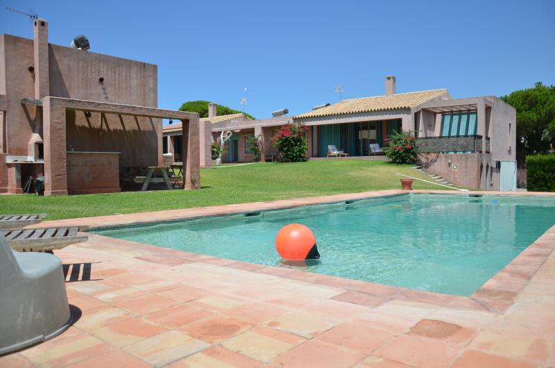 Swimming pool & BBQ area (to share)