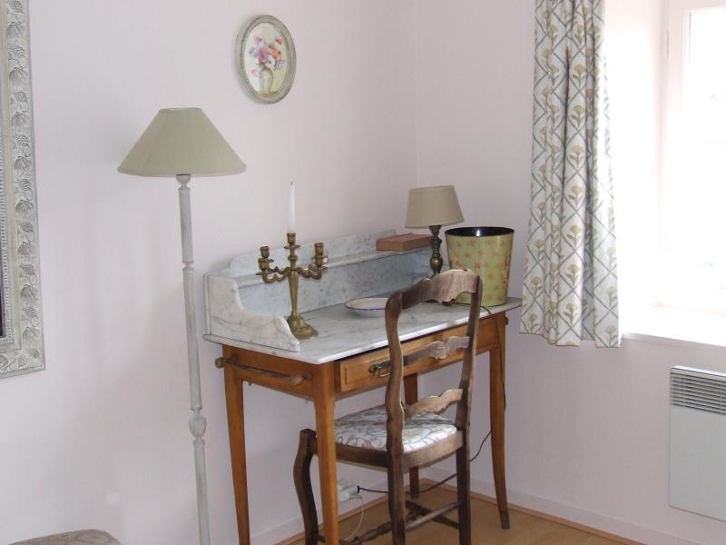 um lugar para trabalhar em uma sala