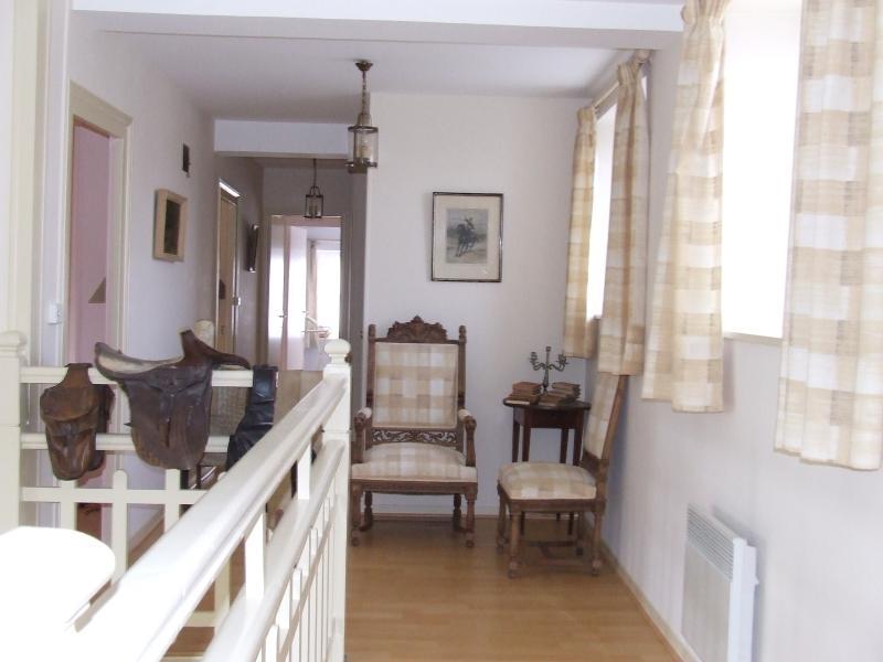 1 escada com o corredor e as salas do lado esquerdo