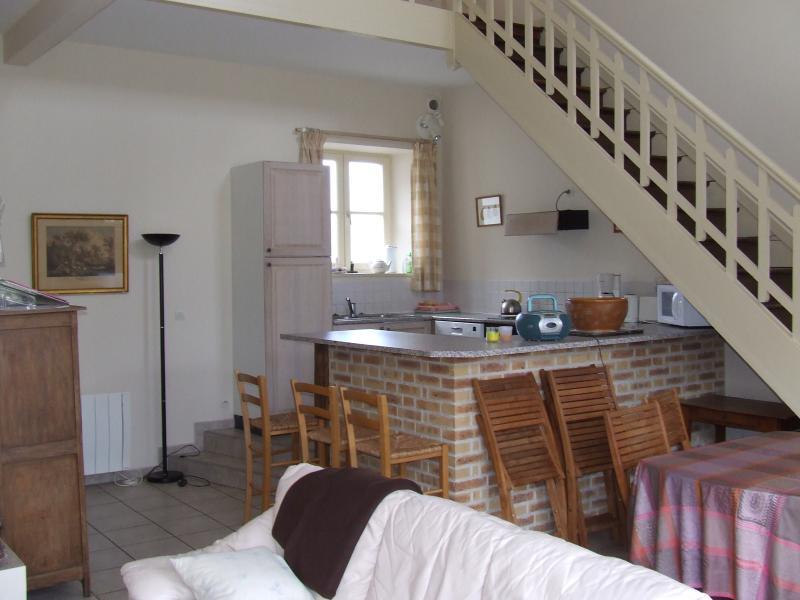 o canto da cozinha com as escadas, dirigindo-se para os quartos