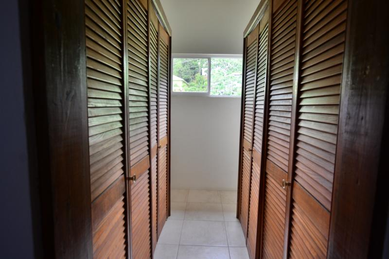 En-suite walk-in closet - master bedroom