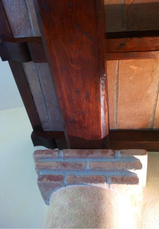 Dettaglio interni, particolare del soffitto in pietra e travi in legno
