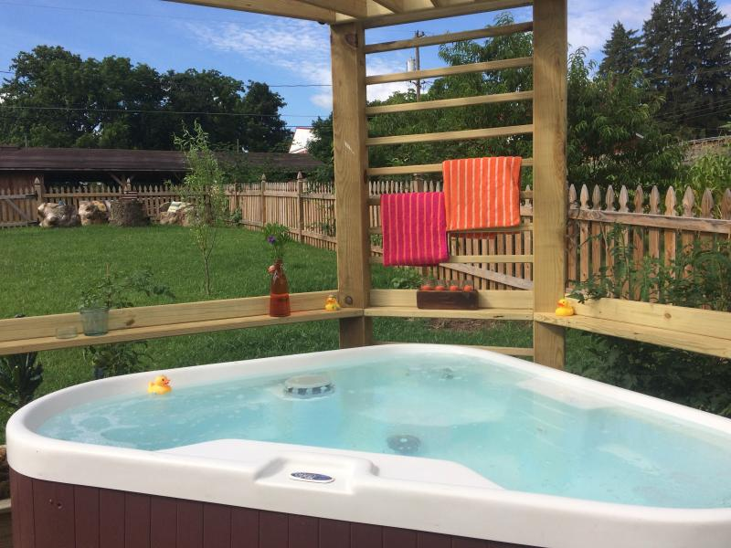 Veiled unique hot tub for three - 103 degrees of private pleasure!