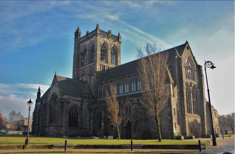PAISLEY ABBEY ONLY 5 MINUTES WALK AWAY