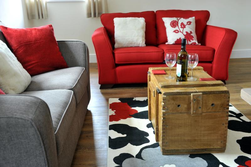 A área moderna e acolhedora sala de estar com fogão a lenha