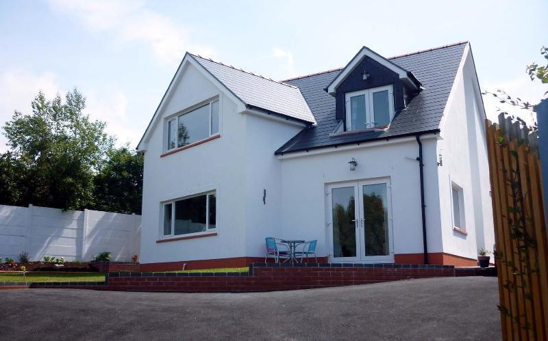 BEAUTIFUL HOUSE WITH STUNNING SEA VIEWS IN ABERPORTH, 10 MINS WALK TO THE BEACH, vacation rental in Tan-y-groes
