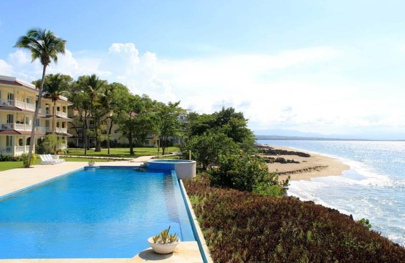 2 Bedroom Beachfront Hispaniola Beach Luxury Condo, Oceanfront, Gated Comm, casa vacanza a Sosua