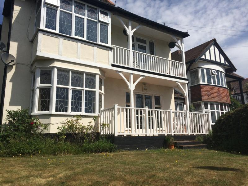 Large 3 bed flat close to beach & train station, Ferienwohnung in Basildon