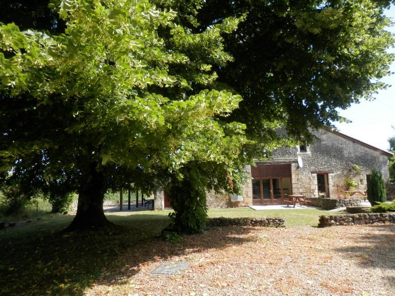 Vigne de Vert:Hamlet 15 mins from Brantome, Private Garden/Pool (Vieux Mareuil), vacation rental in Mareuil