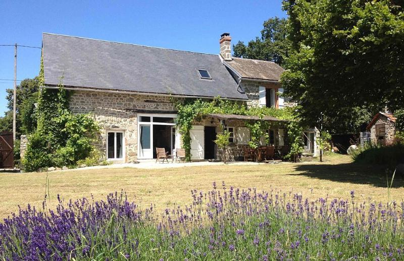 Charming, rustic and beautiful farmhouse., vacation rental in Lussat