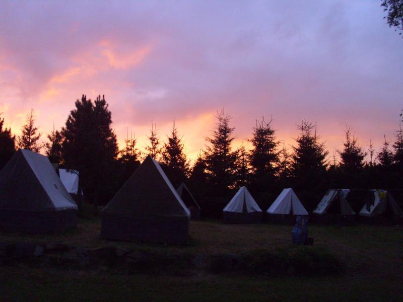 Takto zapadá slunce nad stanovým táborem