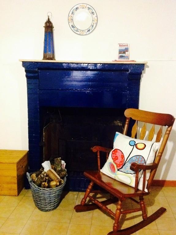 il camino blu nella sala