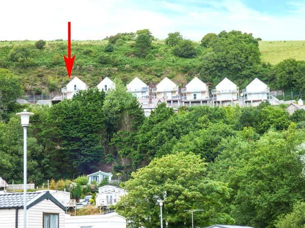 CLIFF TOP VIEW, first floor apartment, WiFi, off road parking, balcony, in, holiday rental in Llanddowror