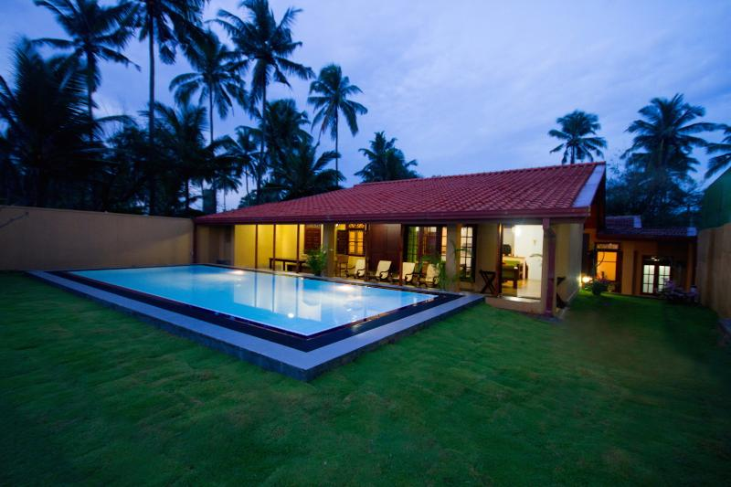 Hamilton Beach Villa, holiday rental in Pamunugama