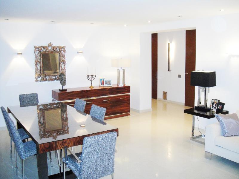 Spacious living - dining area (40 sqm)