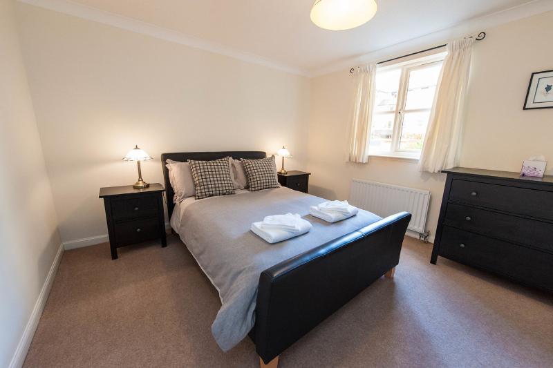El dormitorio principal (con baño): suficiente espacio para una cuna de viaje (cot disponibles a petición).
