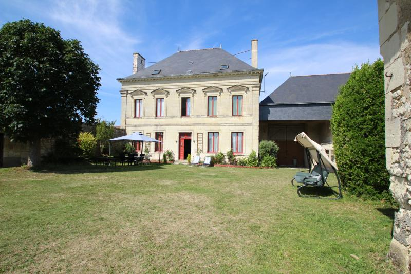 DOMAINE DES ROSES chambre verte, vacation rental in Berrie
