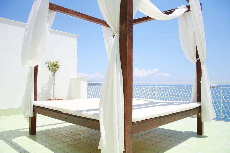 Mediterraneo Guest House Appartamento Familiare con Terrazza fronte Mare, vacation rental in Giardini Naxos