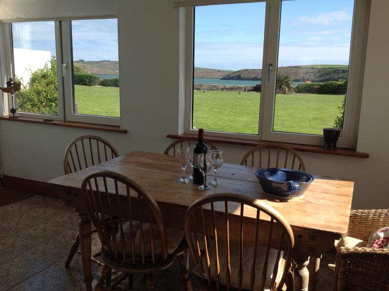 Beach front house, stunning ocean views, Kinsale – semesterbostad i County Cork