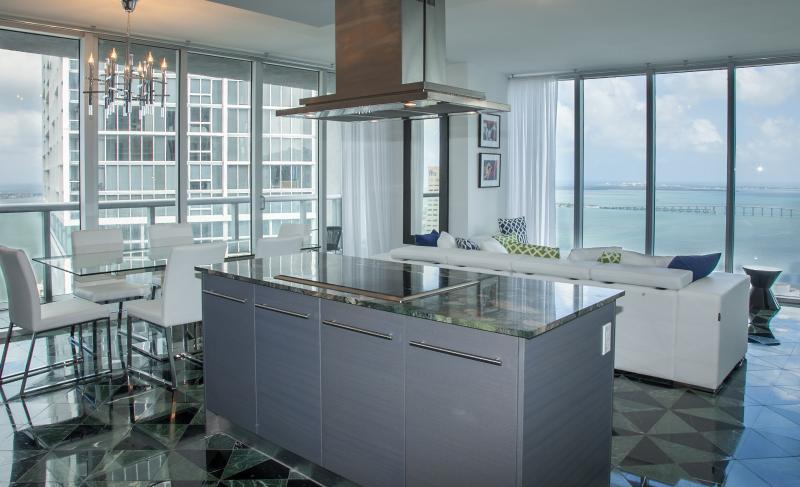 Unimprovable views! Classy marble floors, thoroughly equipped kitchen