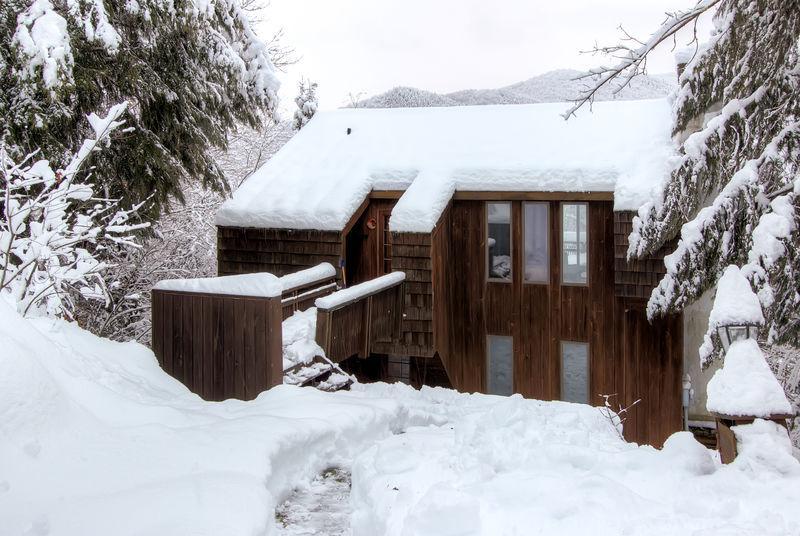 Zeder-Rock-Chalet im winter